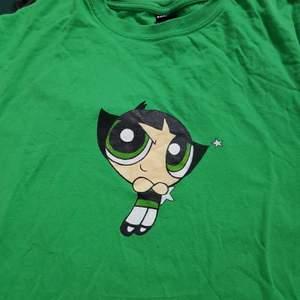 Handmålad Buttercup powerpuff T-shirt strl M!💚Jag gör fler handmålade T-shirtar så checka gärna in min instagram @terribledezigns ! Där kan ni även beställa specifica tryckmålningar på en T-shirt!😊❤ FAIRTRADE & ECO✅✅