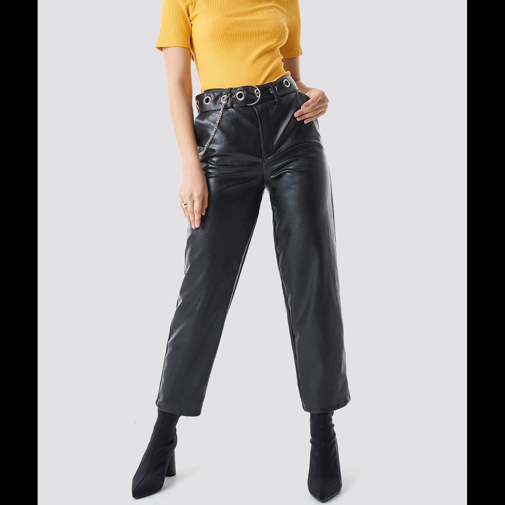Så balla byxor från nakd! 😇 Lite utsvängda. Inte äkta skinn . Jeans & Byxor.