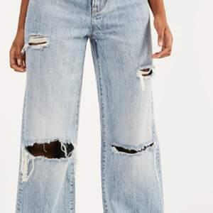Snygga jeans med hål på knäna! 200 + frakt! Skicka gärna ett meddelande om fler frågor!💕 slutsålda överallt!