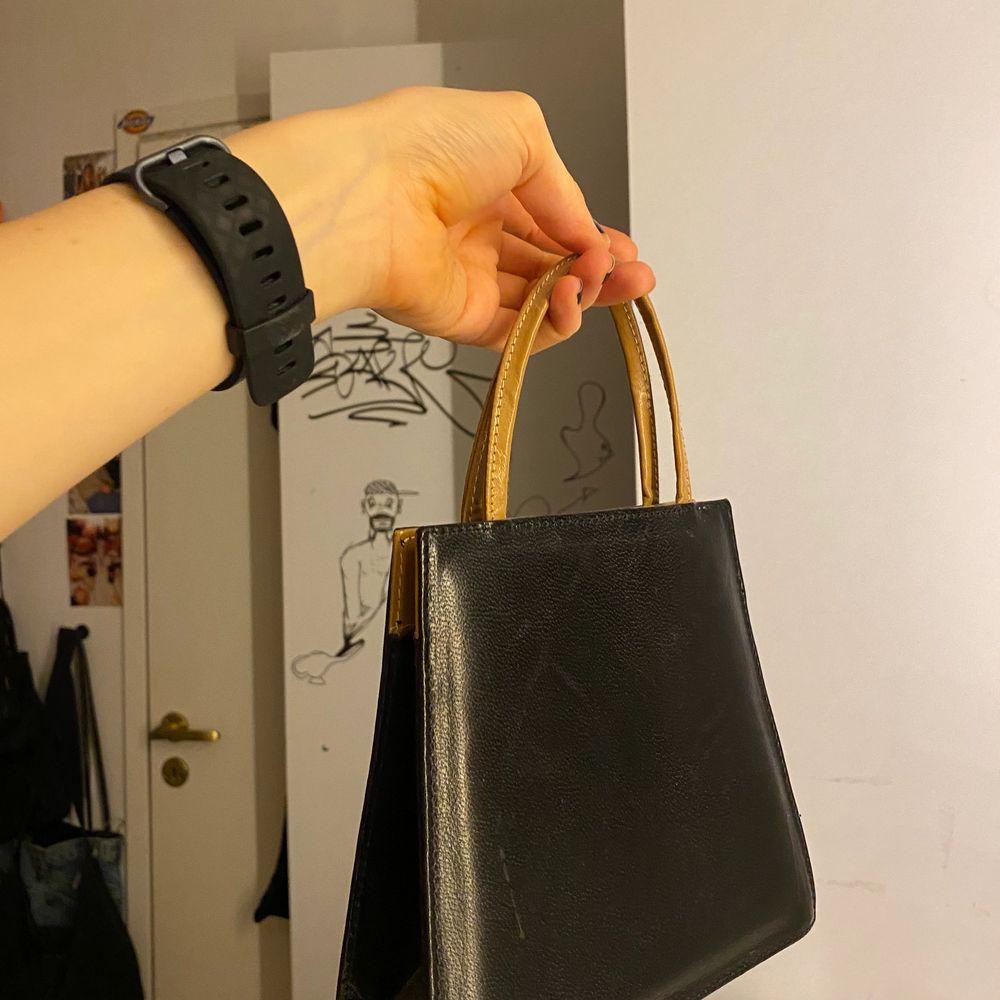 brun och svart minibag i väldeligt bra skick💞💞💞. Väskor.