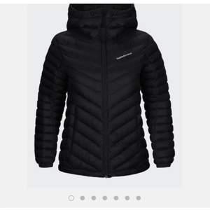 Säljer denna peak jacka, köptes här på plick men kommer ej till användning. Liten slitning ifram men inget jag tycker syns, annars fint skick! 💕💕 (skriv för egna bilder) (pris kan diskuteras)