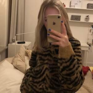 Säljer min stickade leopard tröja!