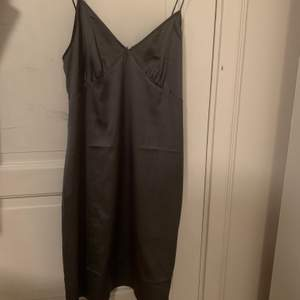 Säljer min super fina silkes klänning från NaKd. Endast använd en gång. Storlek 36. Köpare står för frakt💕