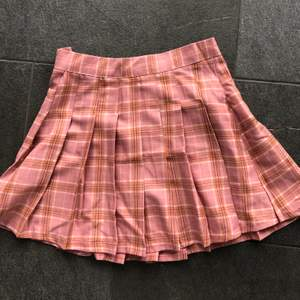 Så snygg och populär pleated mini skirt, denna är i rosa och sitter så fint på, passar till så många olika stilar som soft girl, Y2K och mall goth. Den är i perfekt skick
