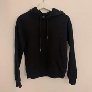Svart hoodie från Zalando, nypris 329kr men säljer för 89kr + frakt. Storlek XS🖤