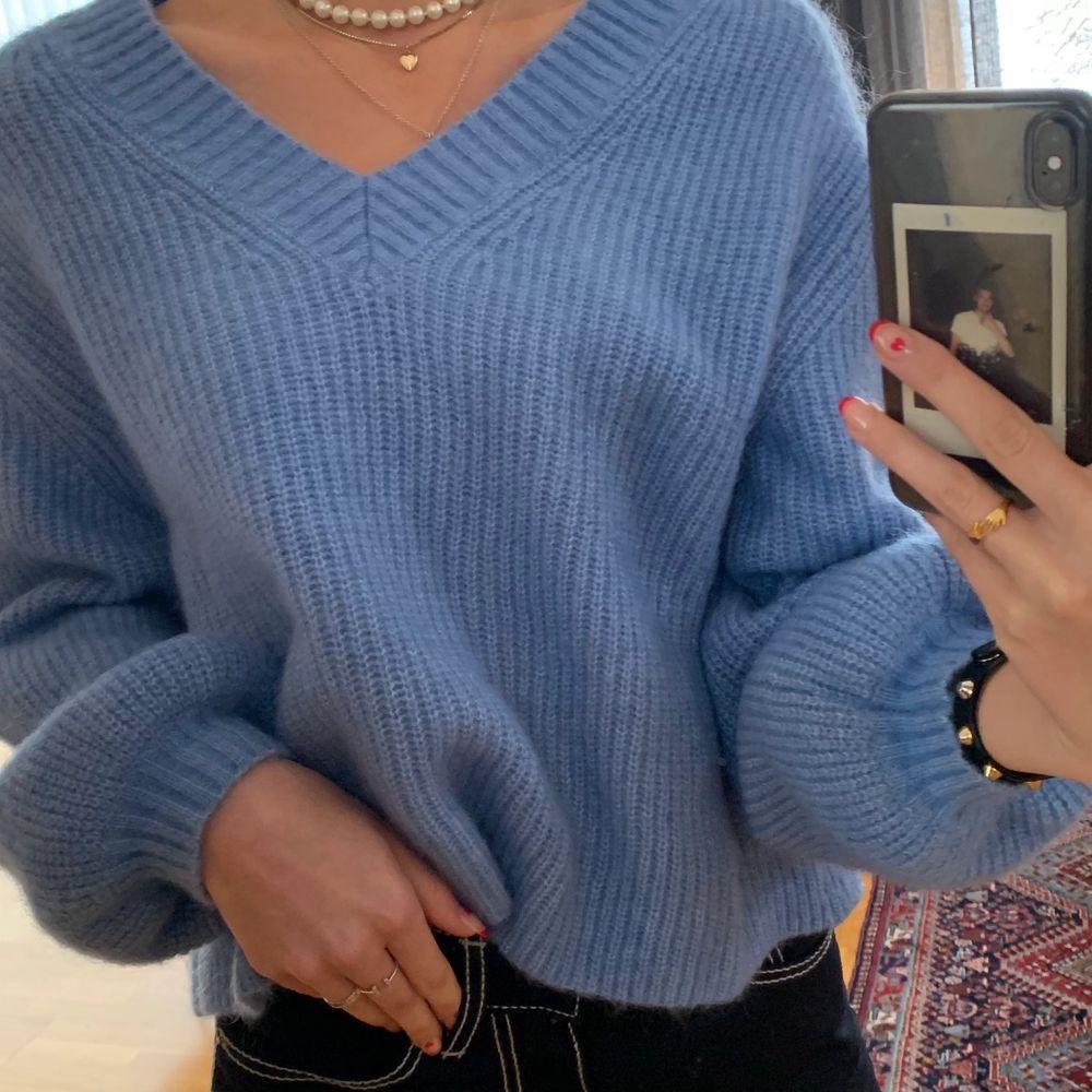 Skitsnygg boxig och blå stickad tröja i mohair och ylle! Kliar inte och är varm! Väldigt fint skick då den knappt är använd! Strl XS men skulle säga att den passar XS-M. Tröjor & Koftor.