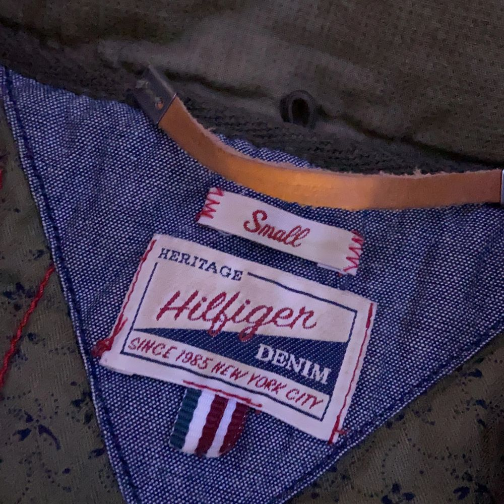 Denna jacka är i jätte bra skick, den passar perfekt på st s och till och med kanske för de som har st xs & m. Jackan är ganska gammal men oftast hängst i min garderob där jag använt den minst 3 gånger vid korta stunder. . Jackor.