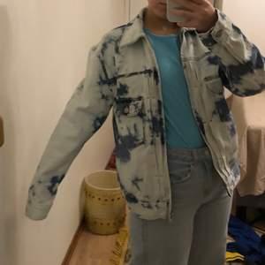 Weekday jacka aldrig använd, i jeansmaterial frakt 62kr 🧡 passar bra på XS-M
