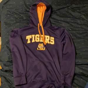 Trendig Collage hoodie i perfekt skick. Den är köpt nydligen men har inte fått någon användning så säljer ist. Köpt i Louisiana. Storlek - S/M,