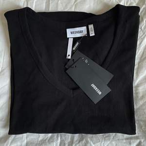 En snygg basic t-shirt i nyskick som passar alla. Passar också till alla outfits eftersom den är så himla snygg och stilren. Jag har dock aldrig fått användning av den eftersom att jag redan har en likadan. Nyskick, köpte för 150kr