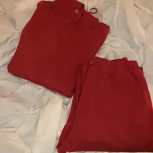 Röd mjukissätt från märket stay, hoodie och byxor i storlek M (sällan använda)