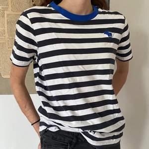 En mörkmörkblå och vit randig T-shirt från Abercrombie and Fitch i storlek L. Den är mycket bra skick!!:)