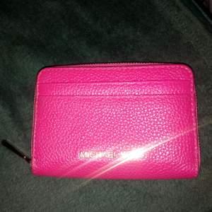 Plånbok i hallon röd, inte cerise dom det ser ut på bilden 😏aldrig använd har bara legat i garderoben. Den är äkta o inte någon billig kopia!!!! Säljer den för 200kr!!!! Kan skickas mot fraktkostnad 35kr.