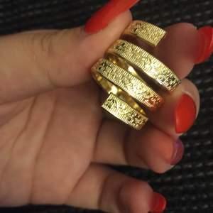 Jättefin vintage ring som är i plast (tror jag), Guld färg och har fina mönster runt hela. Skulle nog säga ringen passar lite större fingrar💕 Dma vid fler bilder!