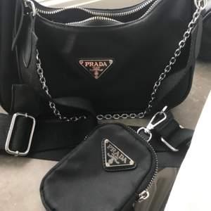 Prada väska med axelband (fejk). Väska har inga skråmor i över huvudtaget.