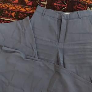 Vackra kostymbyxor i en blå lila grå färg🤩 får tyvärr ingen användning för dessa längre. Storlek 34 men skulle säga mer en 36