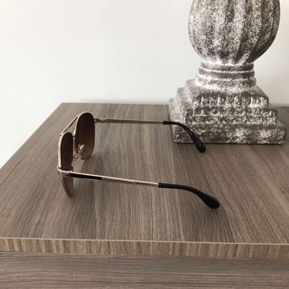 Säljer dessa solglasögon i brun färg.. Accessoarer.