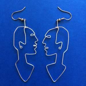 Egentillverkade örhängen i silver. Kan göra i guld också. Frakt: 9 kr 🌻