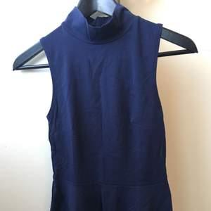 !!BUDA!! Lång mörkblå peplum topp från Gina tricot. Aldrig använd. Storlek:XS Skickar fler bilder på förfrågan.