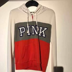 Zipper med luva från Victorias secrets märke PINK. Typ aldrig använd pga för liten. Men hur snygg?