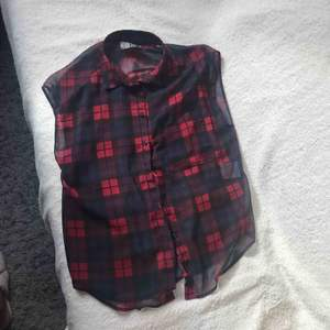 Röd rutig blus. Har haft på mig den någon gång.  Pris kan förhandlas.