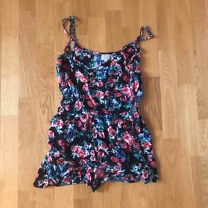 Säljer denna urgulliga jumpsuit med blommor på i storlek XS. Möta upp i Linköping annars står köparen för frakten Frakt 50kr