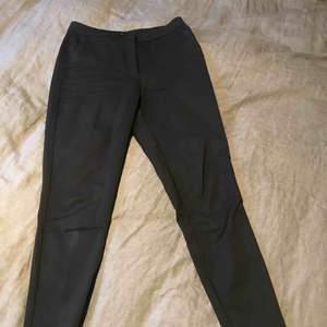 Kostymbyxor. Använt enbart 2 gånger, alltså nästintill orörd! :) färg: svart.