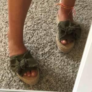 Jättefina skor med grön detalj, köpta på en spansk butik, säljer pga för små för mig.  Jättebra skick