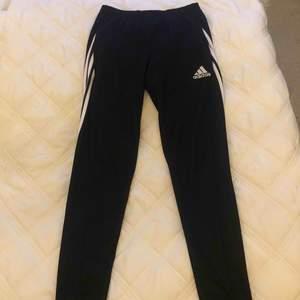 Adidas byxor i mycket gott skick. Använda få gånger