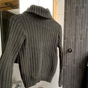 Stickad snygg tröja 😍 lite för liten för mig som är S