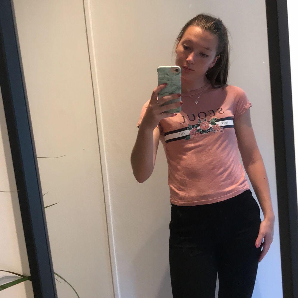 Gammelrosa T-shirt från HM, tyvärr för liten för mig. 20kr + frakt. . T-shirts.