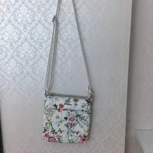 Jag säljer en blommig somrig väska som knappt är använd. Jag ansvarar inte för postens slarv och skickar gärna rekommenderat (på köparens bekostnad) skriv om du vill ha flera bilder eller har några frågor. Det går att pruta köparen står för frakten