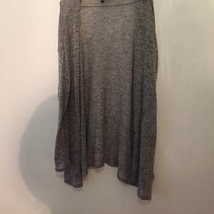 Tunnstickad grå tröja från divided