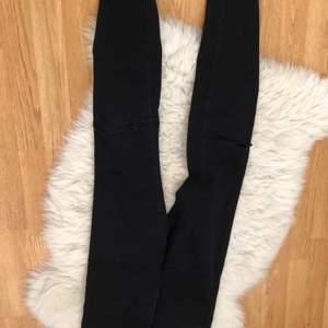Svarta jeans med hål från zara i storlek 38. Passar 36 och kanske 34 eftersom dom är väldigt stretchiga. Köparen står för frakten.
