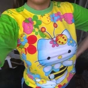 Ännu en hellokitty tshirt. Har sålt en likadan innan:) Denna är i barnstorlek L och passar mig bra som har M. Den passar olika beroende på önskad passform. Den har samma motiv på ryggen. Frakten betalas av köpare eller så möts jag i stockholm💘