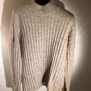 Mjuk och varm stickad tröja från Pieces, köpt på Vero Moda. Strl S men passar XS för oversized fit.