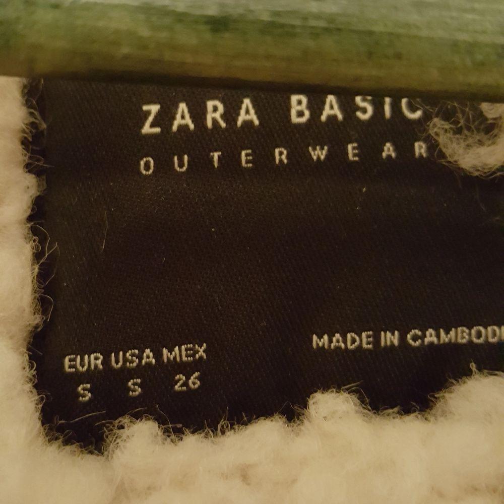Snygg vinterjacka från Zara i bikermodell storlek S. Säljes då den tyvärr är en aning för stor för mig. Den är i fint skick :) ✨. Jackor.