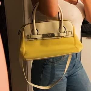 jättesöt handväska, y2k vibes, har haft den sen jag var barn och såg den när jag gick genom mina gamla saker. Väldigt bra skick!✨💕