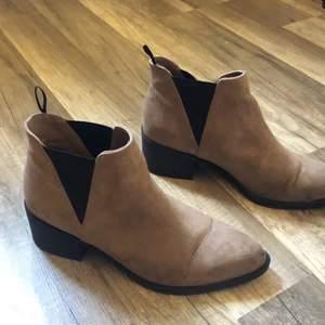 Mocka skor i en begie varm ton i storlek 37.