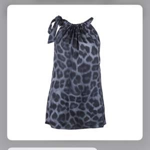 Säljer denna super fina blusen från neo noir, knappt använd. Storlek s.  Köpt för 500-600kr