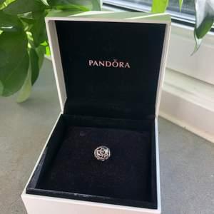 Berlock från Pandora, som ny. Fick den i present, men använder den ej så därför säljer jag den.