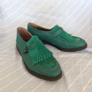 Coola skor i läder och mocka från Italien. De är knappt använda och i storlek 39✨