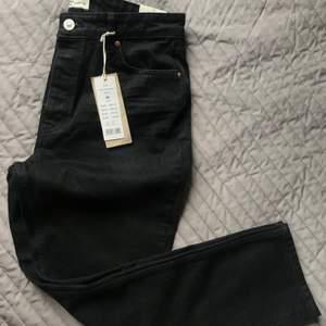 Helt nya och aldrig använda. Prislappen sitter kvar. Ett riktigt fynd! Svarta jeans från Gina Tricot, strl. 42. Supersnygga och passar till allt!