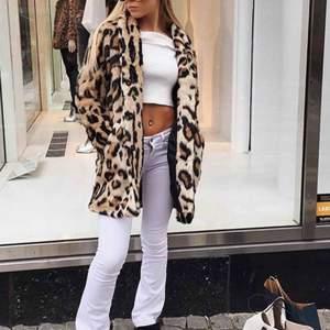 """Inte jag på de två första bilderna. """"Luxure Leo Coat"""" från Bubbleroom, passar både S/M. Möts upp i Stockholm annars står köparen för frakten"""