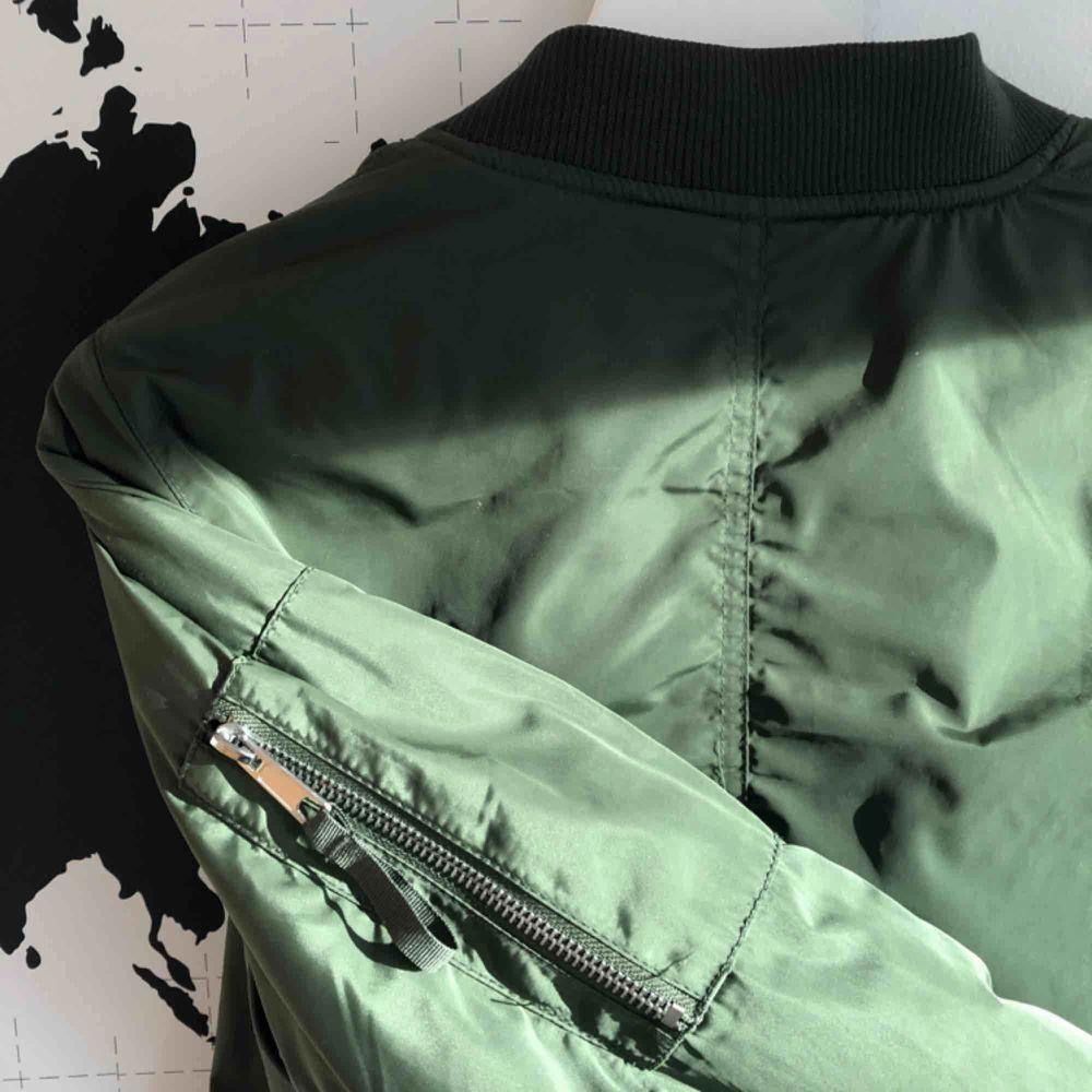 Grön bomberjacka från Stay (köpt på Salt). I bra skick:) Nypris: 500kr. Jackor.