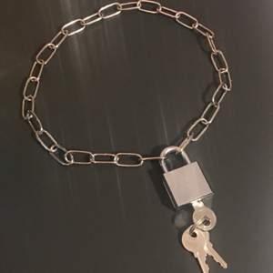 """Ett nice """"eboy"""" klassiskt halsband, funkar till de flesta stilar though. Kedjan är 45 cm lång. Tre nycklar medföljer. Frakt 22 kr. Köp nu!!"""