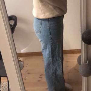 Sjukt snygga jeans!!! Dom är typ raka men går lite åt de visa hållet. Jag är en S/M och såhär sitter de på mig.💕