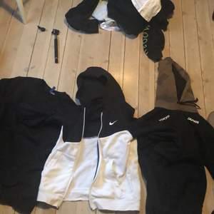 Tröjor från Nike och hm jag kommer att sälja de för 50 kr styck förutom Nike tröjan som går för 100kr. Du kan också köpa alla för 150kr                                                                       Storlekarna är: xs för hm tröjorna och 147-158 för Nike tröjan