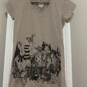Säljer en t shirt i storlek S för 40kr 😊köparen står för frakt☺️endast swish :)