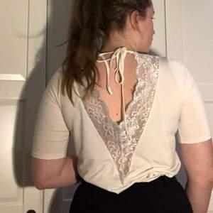 Jättefin T-shirt med öppen rygg och spets. Använd endast 2-3 gånger. SAMFRAKTAR